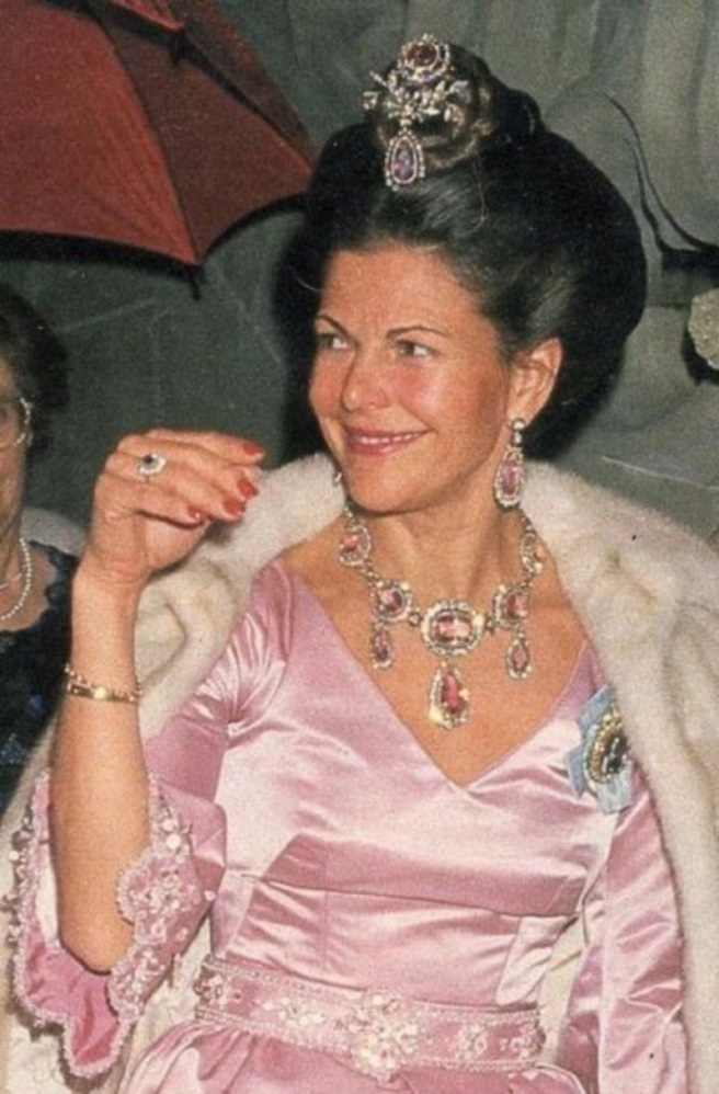 Sweden's Queen Sylvia wears the Pink Topaz necklace formerly given to MARIA PAVLOVNA by her father TSAR PAUL I in 1804 when she married the Grand Duke of Saxe-Weimar-Eisenach.Eisenach